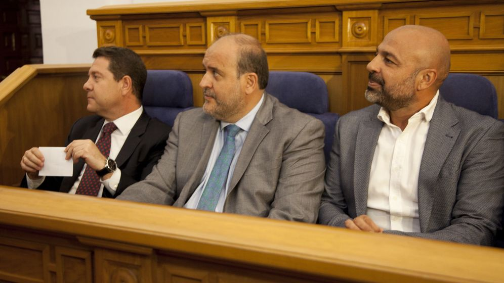 Foto: El presidente regional, Emiliano García-Page, y los vicepresidentes primero y segundo, José Luis Martínez Guijarro y José García Molina (i a d), durante el pleno de las Cortes de Castilla-La Mancha. (EFE)