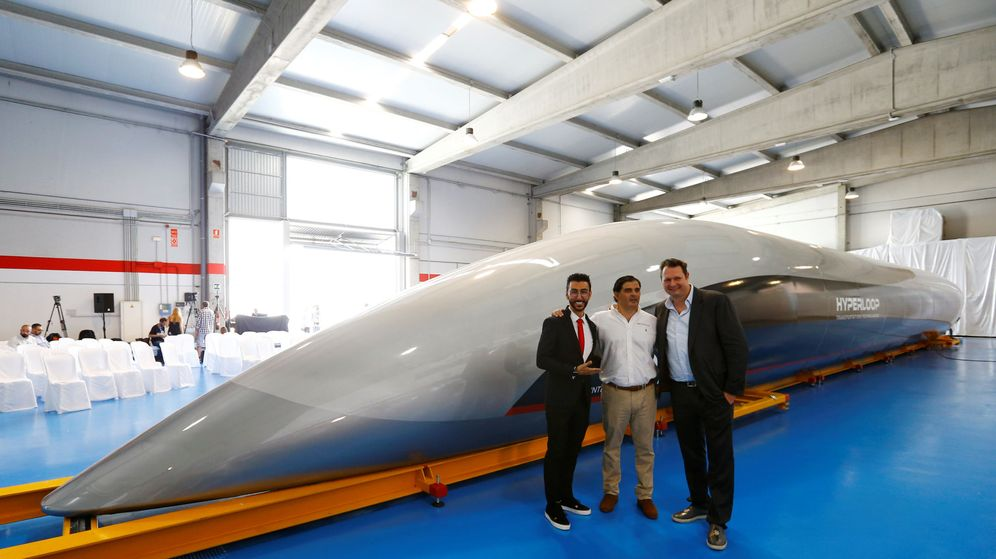 Foto: Rafael Contreras (centro), en la presentación de la cápsula Hyperloop en Cádiz. (Reuters)