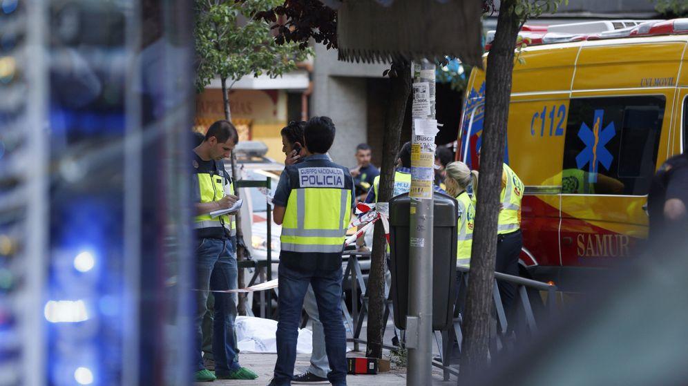 Foto:  Miembros de los servicios de emergencia y de la Policía trabajan en el número 40 de la calle de Marcelo Usera. (EFE)
