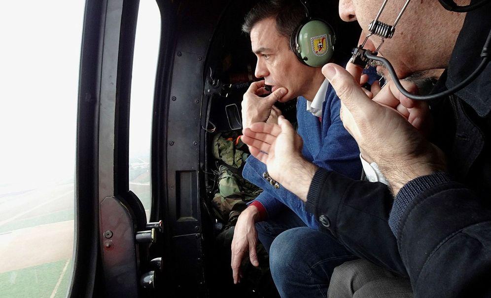 Foto: Pedro Sánchez, sobrevolando en helicóptero la zona costera de la Región de Murcia afectada por Gloria, este 25 de enero. (EFE)