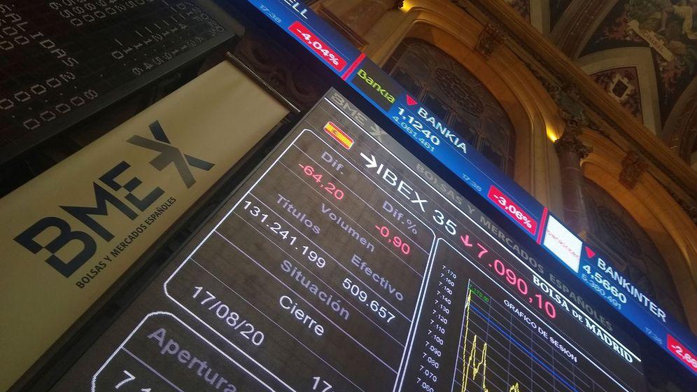 Foto: Pantallas de cotización del Ibex en el interio de la Bolsa de Madrid. (EFE)