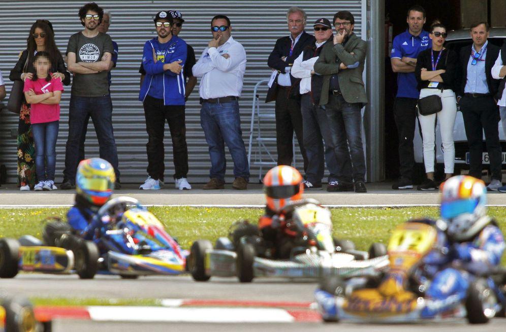 Foto: Fernando Alonso, tercer por la izquierda, observa una carrera de karting en su circuito. (EFE)