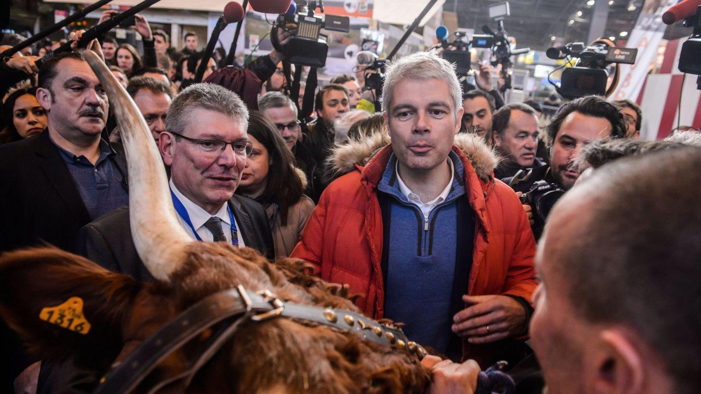 El líder de Los Republicanos, Laurent Wauquiez (centro), asiste al Salón de la Agricultura, en París. (Reuters)