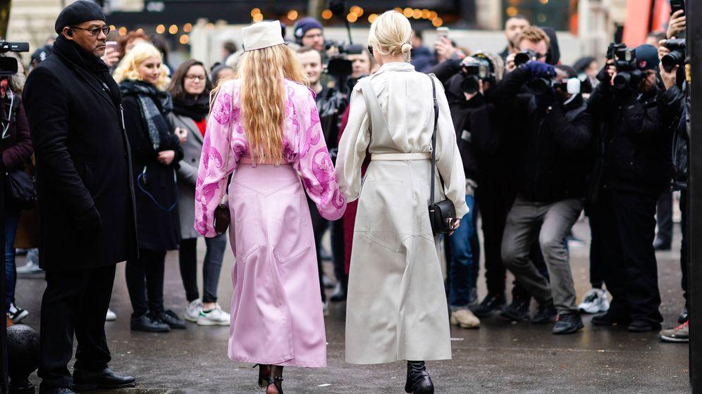 Foto: Dos influencers posando en los alrededores de la Fashion Week. (Getty)