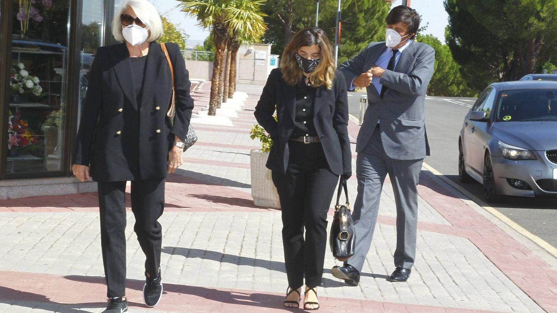 Xandra, arropada por su madre y su hermano. (Cordon Press)