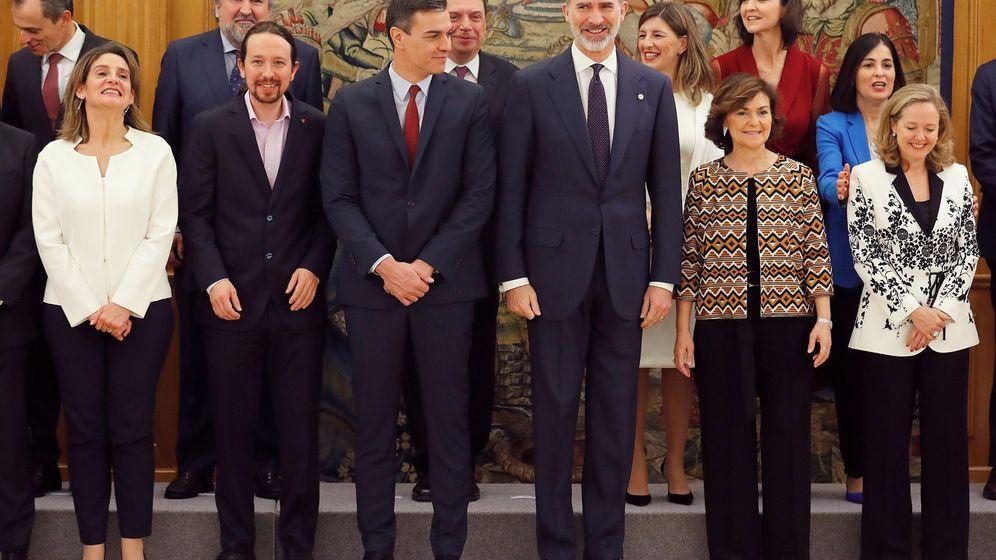 Foto: Pedro Sánchez, junto a sus ministros durante la toma de posesión ante Felipe VI. (EFE)