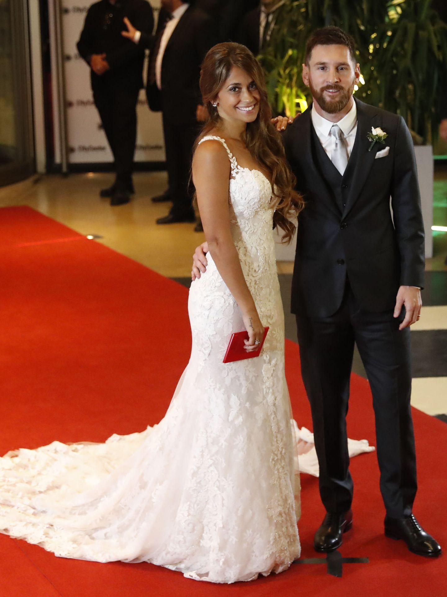 Lionel Messi y su esposa, Antonela Rocuzzo, posan tras casarse. (EFE)