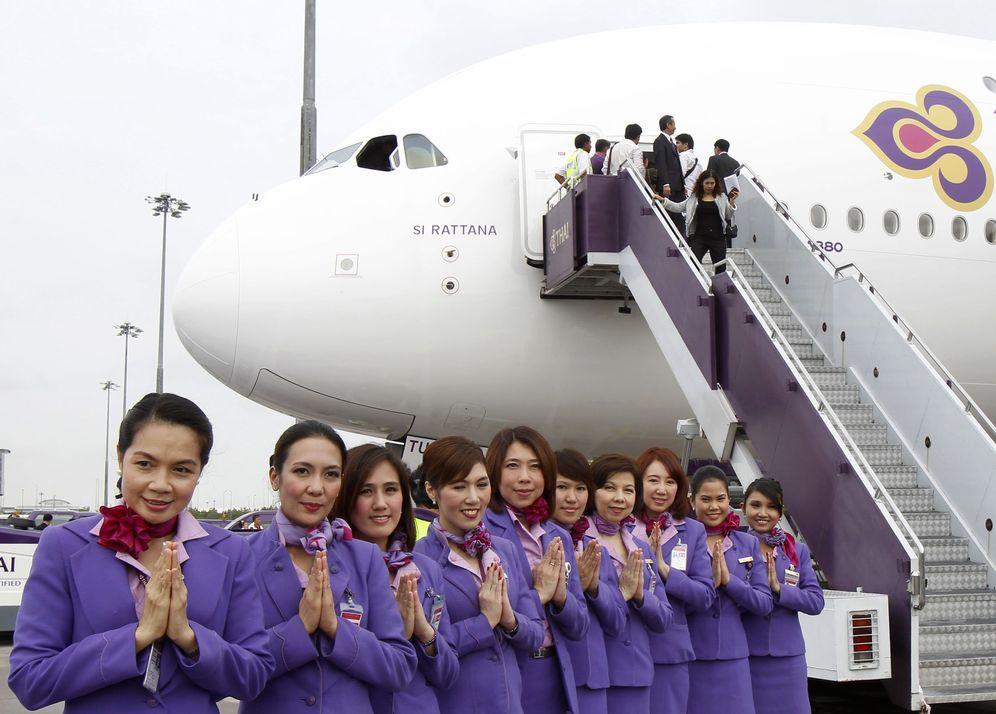 Foto: Azafatas de Thai Airways posan ante el primer Airbus Thai A380-800 en el aeropuerto de Suvarnabhumi, en Bangkok. (Reuters)