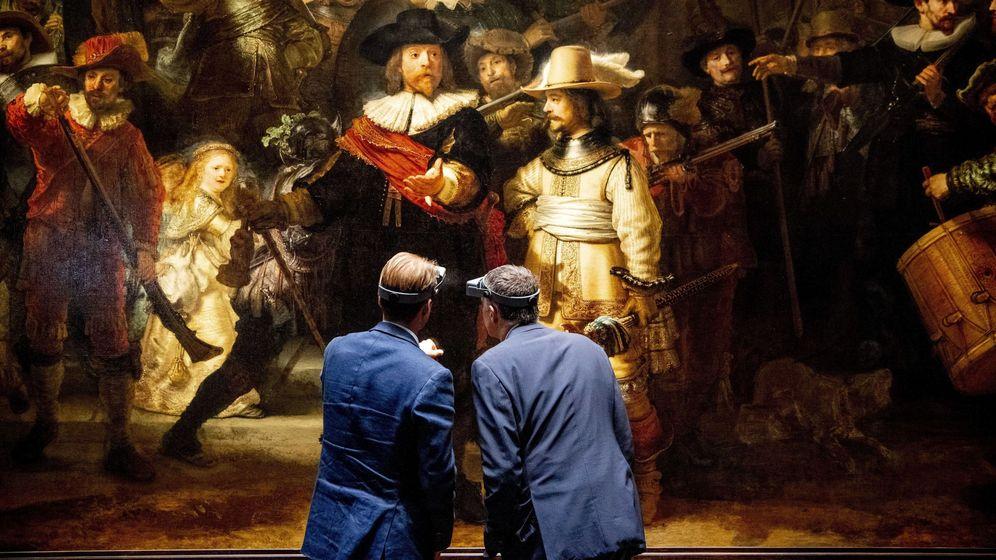 Foto: El director general del Rijksmuseum, Taco Dibbits (i), ante la obra La ronda de noche. (EFE)