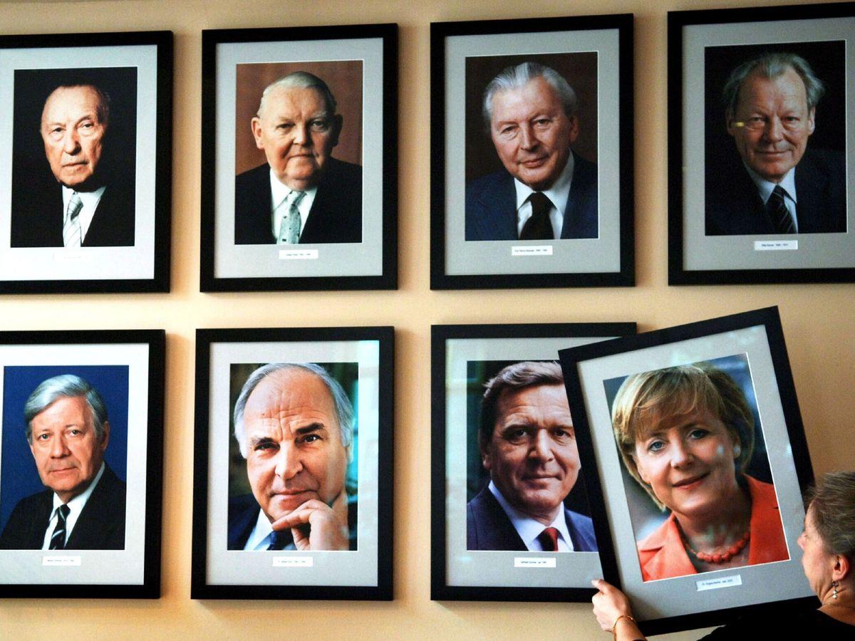 Foto: La fotografía de la canciller alemana Angela Merkel es colgada en 2005 junto al resto de sus predecesores. (EFE)