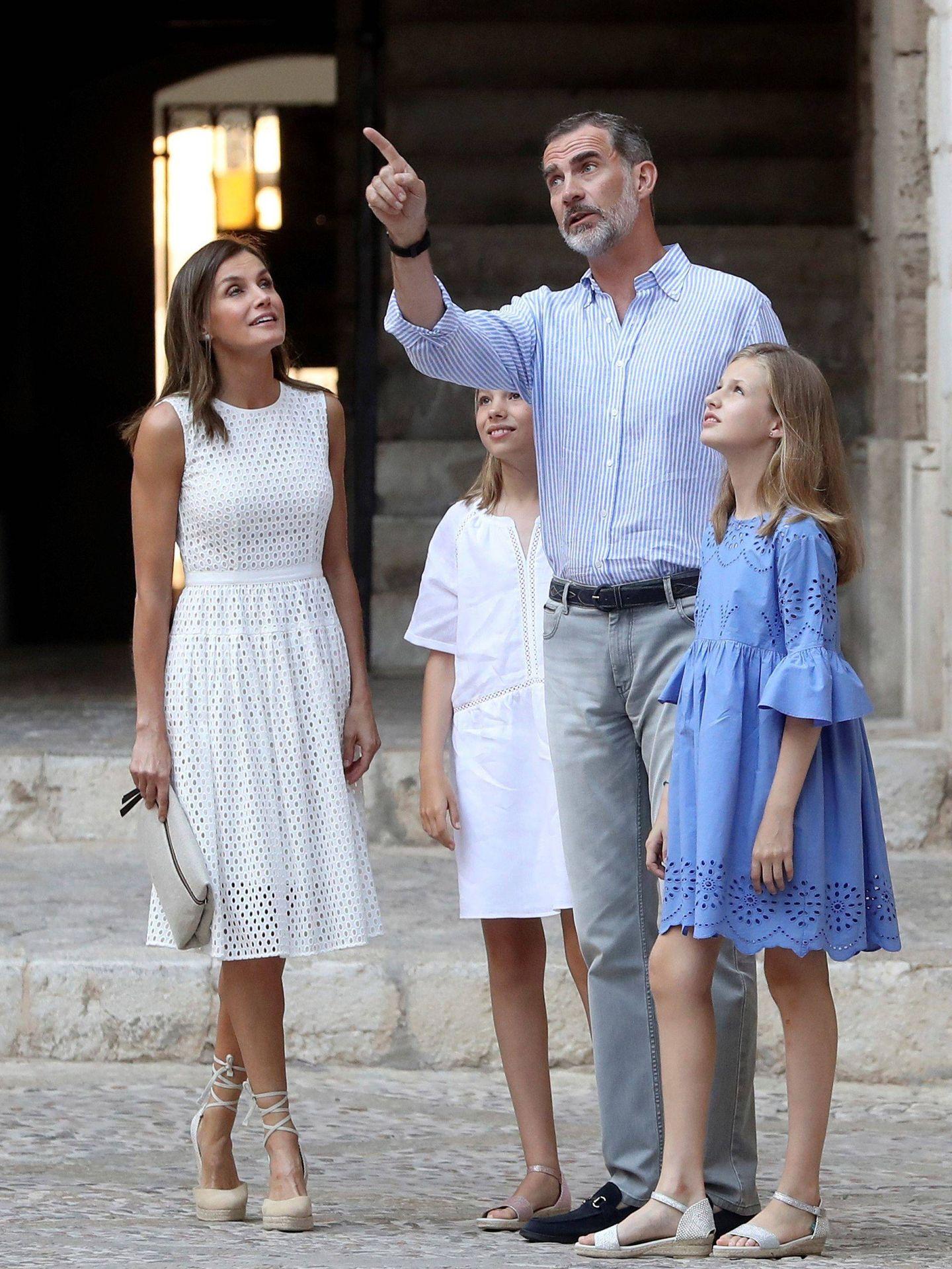Los Reyes y sus hijas, la princesa Leonor y la infanta Sofía, en Palma. (EFE)