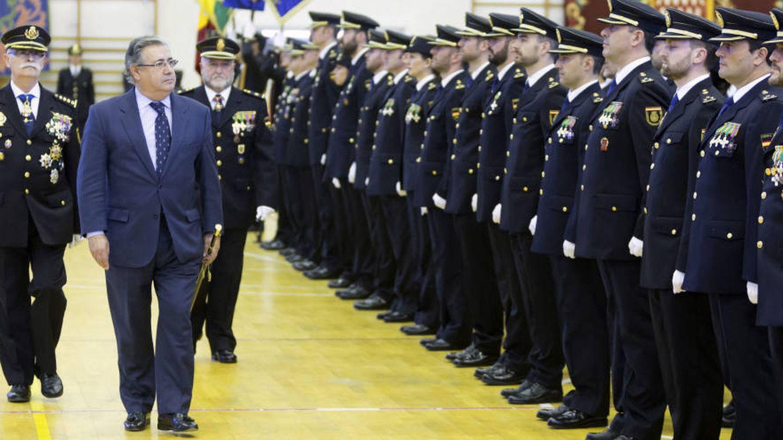 El ministro del Interior, Juan Ignacio Zoido (2i), durante el acto de jura de la 28ª Promoción de Inspectores.
