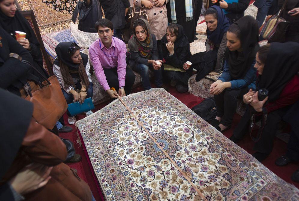 Foto: Artin Markosian, profesor en la Universidad de Arte de Isfahan, durante una clase con sus alumnos (Reuters).