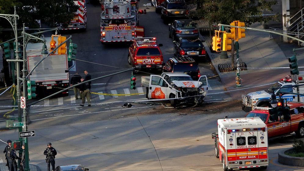 Foto: Varios vehículos de emergencias atienden a los heridos. (Reuters)