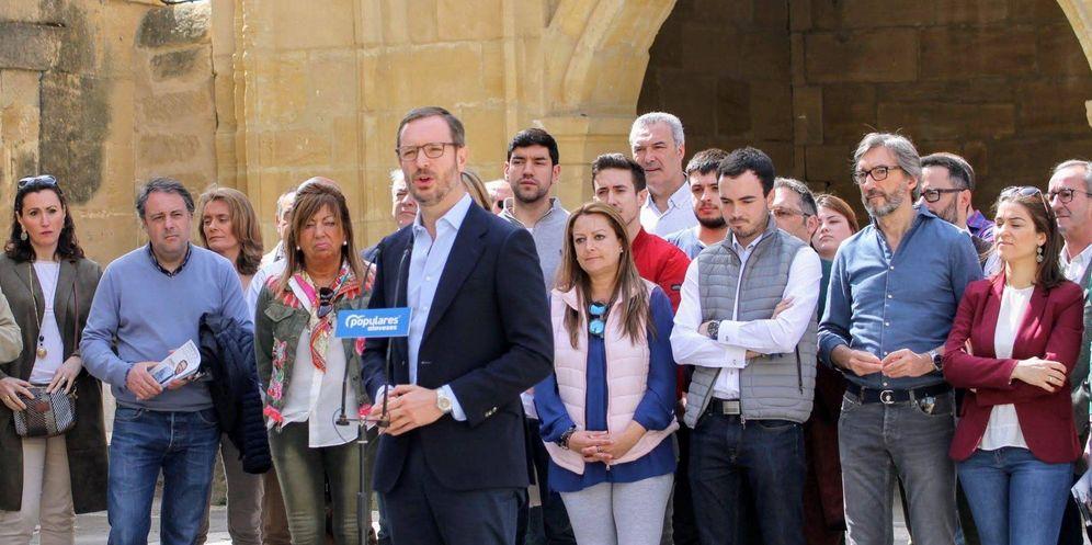 Foto: Javier Maroto en un acto político del PP con el joven Daniel García detrás. (PP)