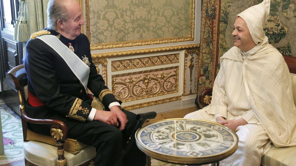 Foto: Fotografía de archivo del rey Juan Carlos y el exembajador del Reino de Marruecos Mohamed Fadel Benyaich. (EFE)