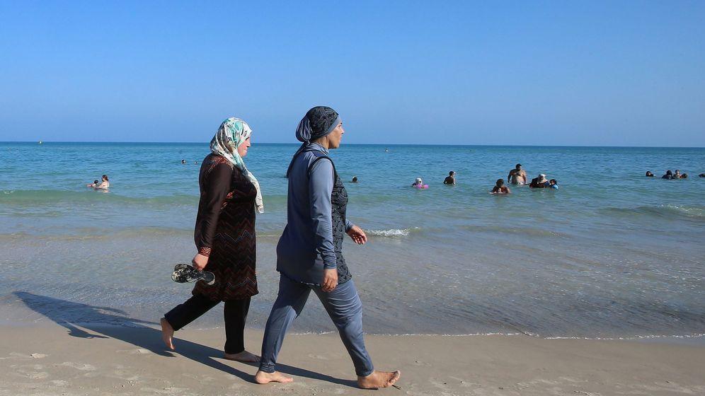 Foto: Dos tunecinas pasean por la playa de Bizerte, en Túnez, en agosto de 2016 (Reuters).