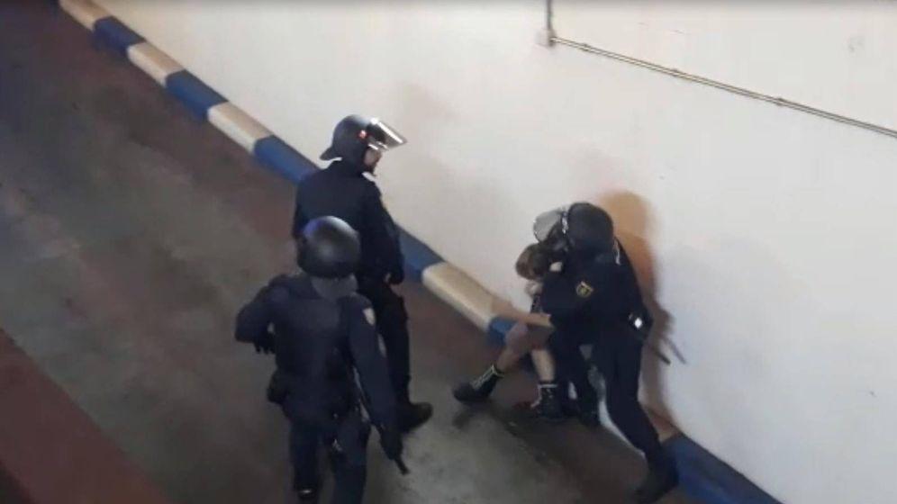Foto: La Policía separa en Valencia una manifestación contra la sentencia y una contraprotesta de ultraderechistas. (Europa Press)