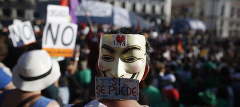 Foto: Un manifestante durante una protesta del movimiento 15; en la Puerta del Sol de Madrid. (Reuters)