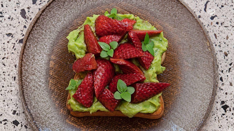 Tostada de brioche con aguacate y fresas. Aüakt