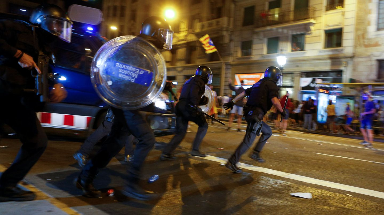 Mossos d'Esquadra realizando una carga contra los radicales en la vía Laeitana. (Reuters)