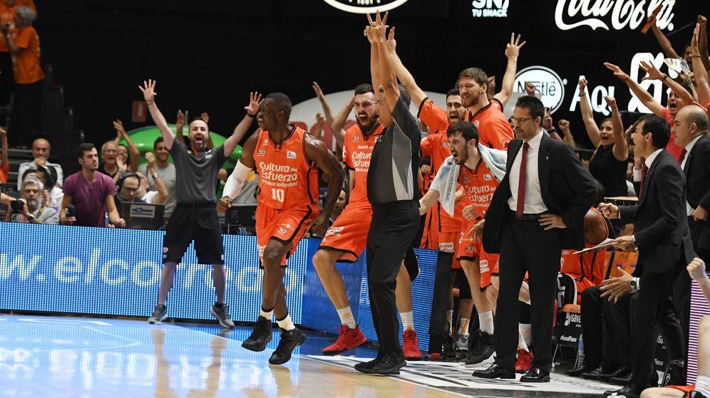 Foto: El banquillo del Valencia Basket celebra una canasta durante el tercer partido de la final de la Liga Endesa contra el Real Madrid. (ACB Photo)