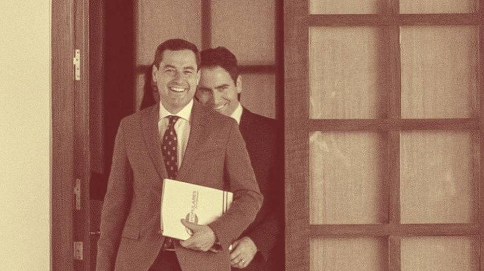 Foto: El equipo negociador del PP formado por Teodoro García Egea, (d) y Juanma Moreno, entre otros, a su llegada a una reunión en el Parlamento andaluz en Sevilla. (EFE)