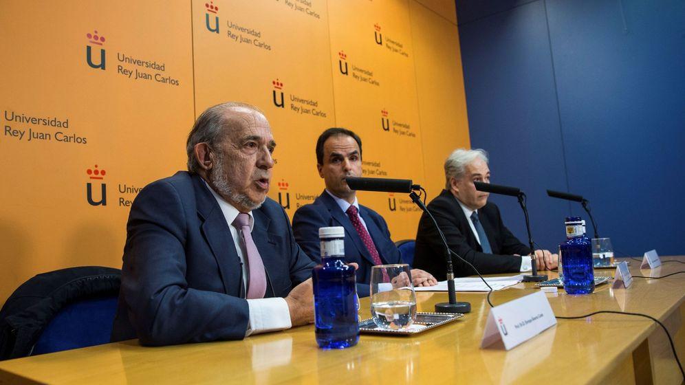 Foto: El rector de la Universidad Rey Juan Carlos, Javier Ramos, junto con Pablo Chico de la Cámara, profesor, y el director del Máster, Enrique Álvarez. (EFE)