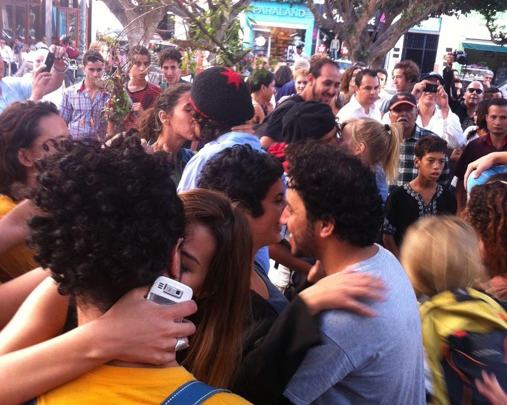 Besada colectiva en Rabat.
