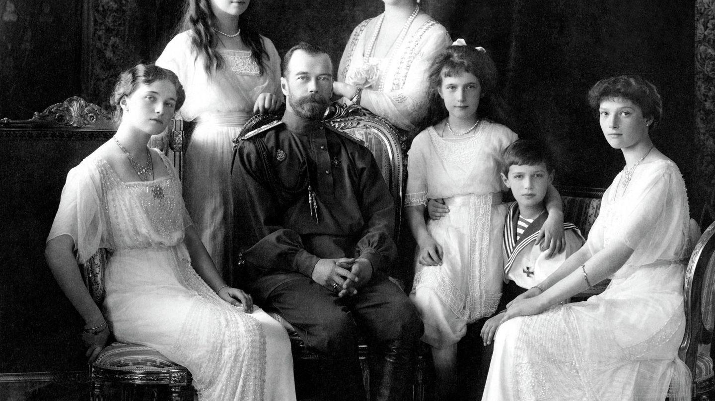 Los zares Nicolás y Alejandra de Rusia, con sus cinco hijos.