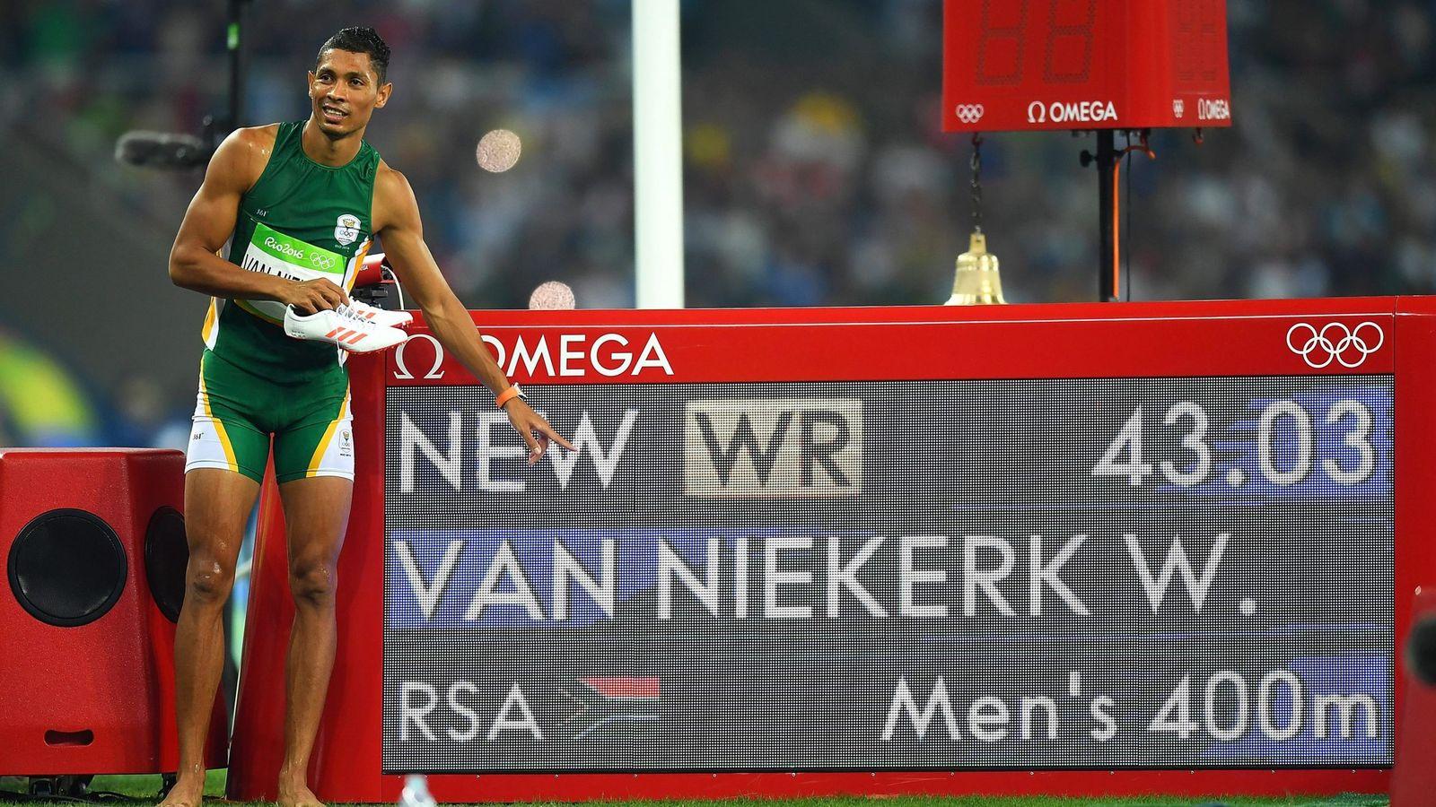 Foto: El sudafricano Wayde van Niekerk muestra su récord del mundo de 400 metros en la final de Río. (EFE)