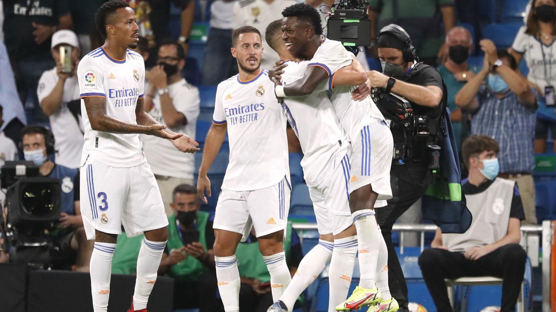 Benzema abraza a Vinícius tras su gol. (Reuters)