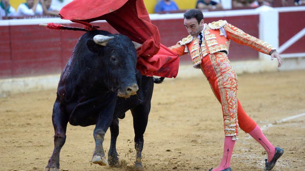 Foto: El diestro Enrique Ponce da un pase con la muleta en la Feria de la Albahaca, este verano en Huesca. (EFE)