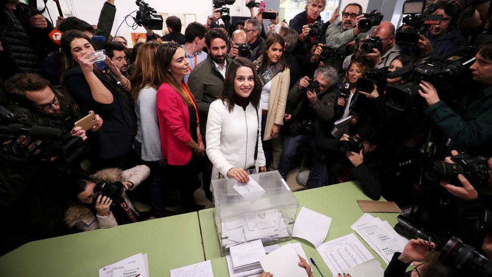 Foto: La líder de Ciudadanos en Cataluña, Inés Arimadas, vota en Barcelona. (Reuters)