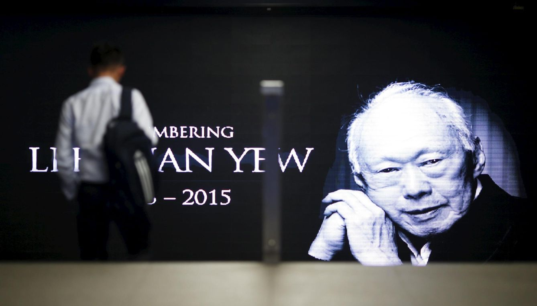 Foto: Un peatón pasa ante un cartel con la imagen del ex primer ministro Lee Kuan Yew en Singapur. (Reuters)