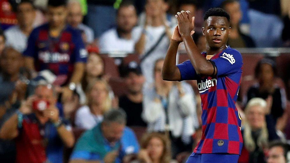 Foto: Ansu Fati devuelve los aplausos de los aficionados del Camp Nou en el partido contra el Valencia. (Efe)