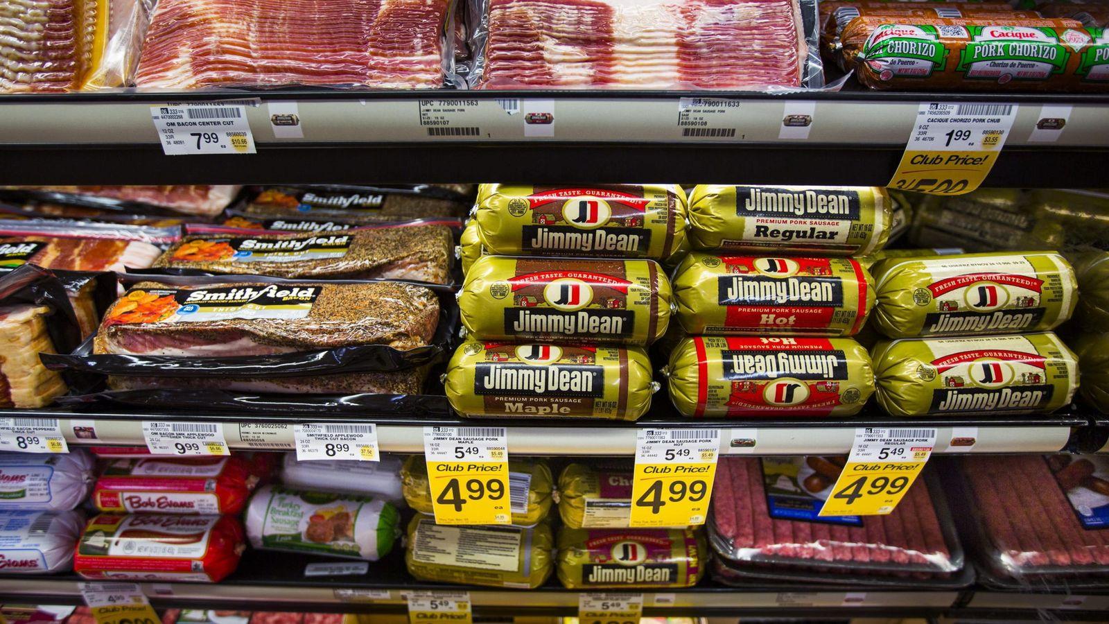 Foto: Expositor de un supermercado en Washington con salchichas y bacon precocinado. (EFE)