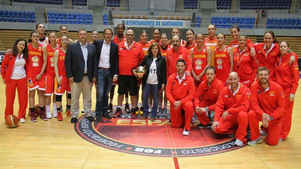 Sáenz de Santamaría visita a la selección femenina de baloncesto en Santander