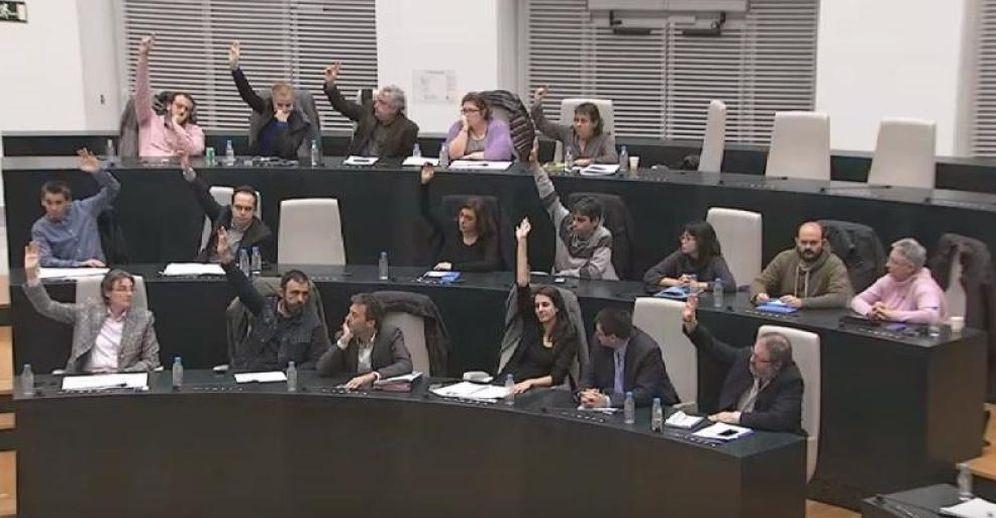 Foto: La bancada de Ahora Madrid vota a favor de dar luz verde al proyecto urbanístico de Raimundo Fernández Villaverde. (EC)