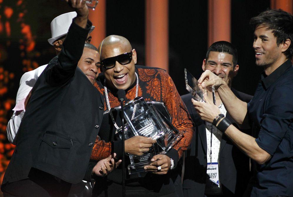 Foto: Gente de Zona junto a Enrique Iglesias recibiendo el premio Latino Billboard (Reuters)
