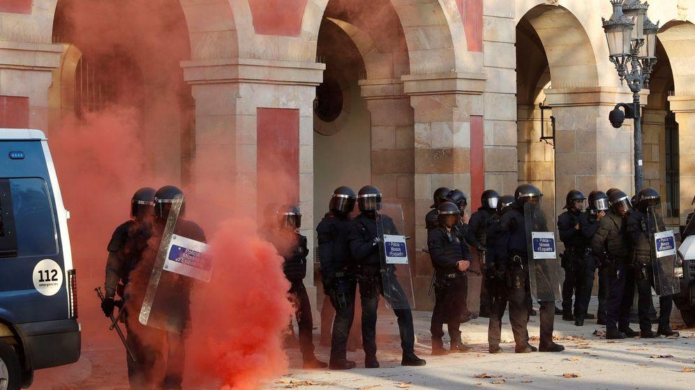 Foto: Manifestación frente al Parlament de Cataluña. (EFE)
