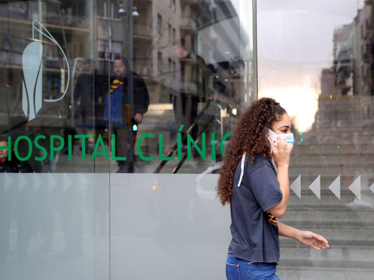 Foto: Una mujer frente al Hospital Clínic de Barcelona. (EFE)