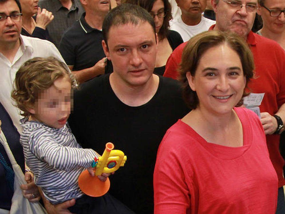 Foto: Ada Colau, su pareja y su hijo