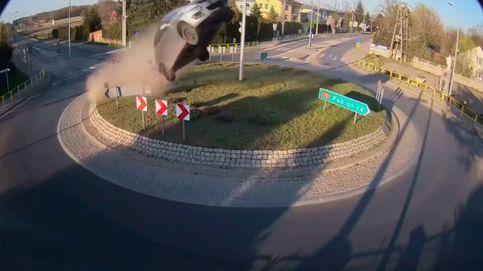 Un coche vuela tras tomar una rotonda a más de 140 km/hora en Polonia