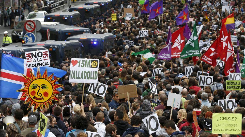 Foto: Marcha convocada por la Coordinadora 25-S y la Plataforma en Pie en torno a la iniciativa Rodea el Congreso en 2012. (EFE)