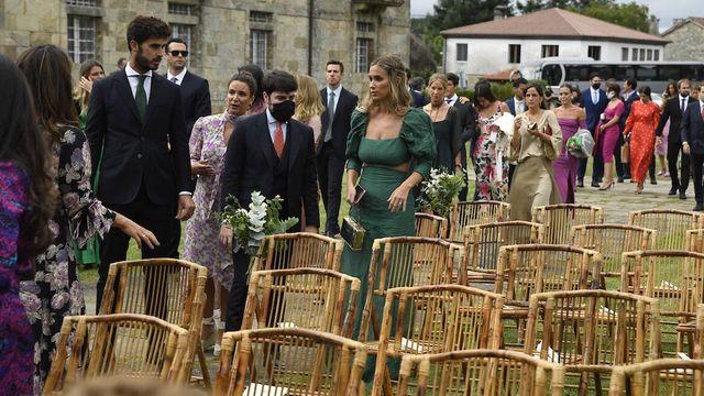 María Pombo y otros invitados toman asiento para presenciar la ceremonia. (Limited Pictures)