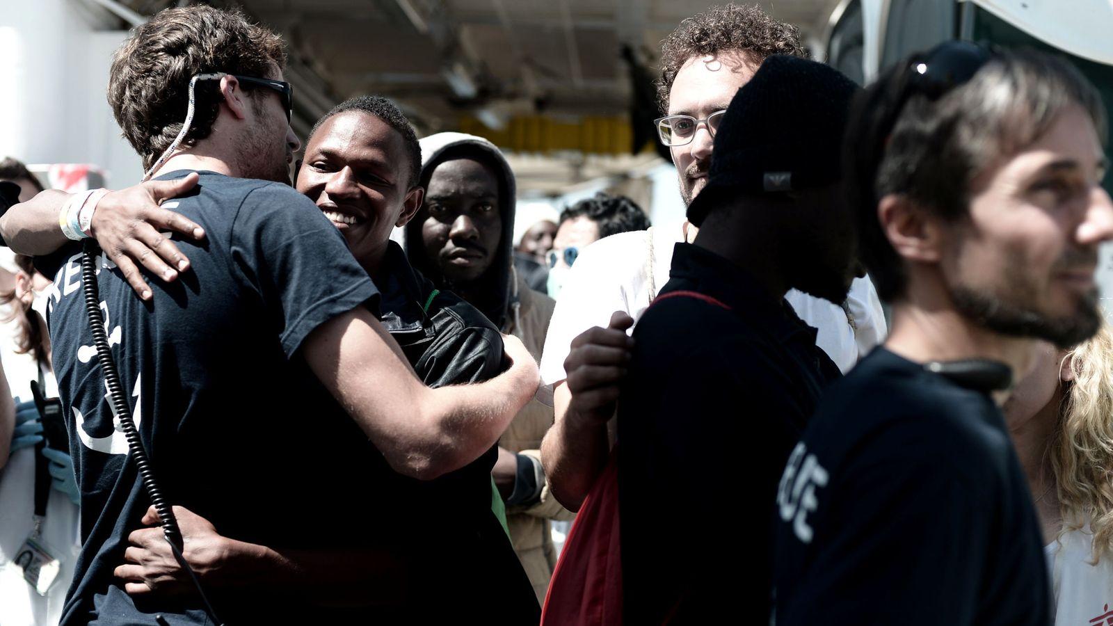 Foto: Migrantes desembarcan del Aquarius después de su llegada al puerto de Valencia, este 17 de junio. (Reuters)