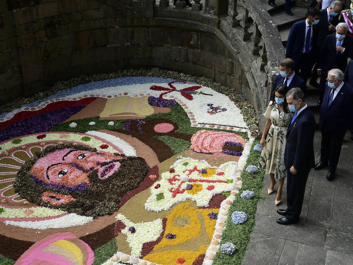 Foto: Los Reyes admirando una de las alfombras florales en Santiago de Compostela. (Limited Pictures)