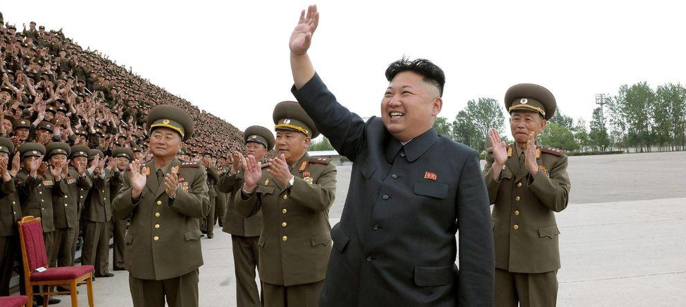 Foto: El líder norcoreano Kim Jong-un saludando a unos soldados (EFE)