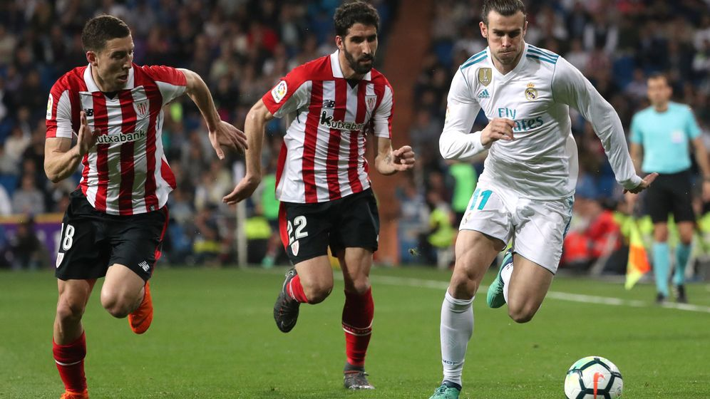 Foto: Gareth Bale pelea un balón con Raúl García y De Marcos (Reuters)